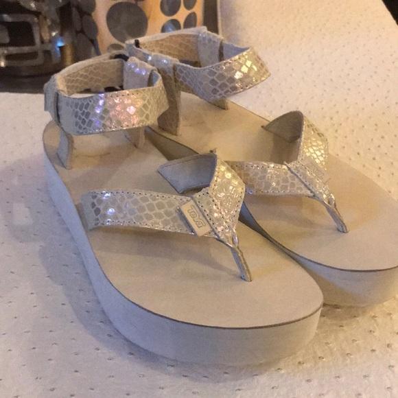 6fa83cdbf76 Teva Flatform Sandal Iridescent🆕. M 5ab2f42ca825a63c0eb9de51